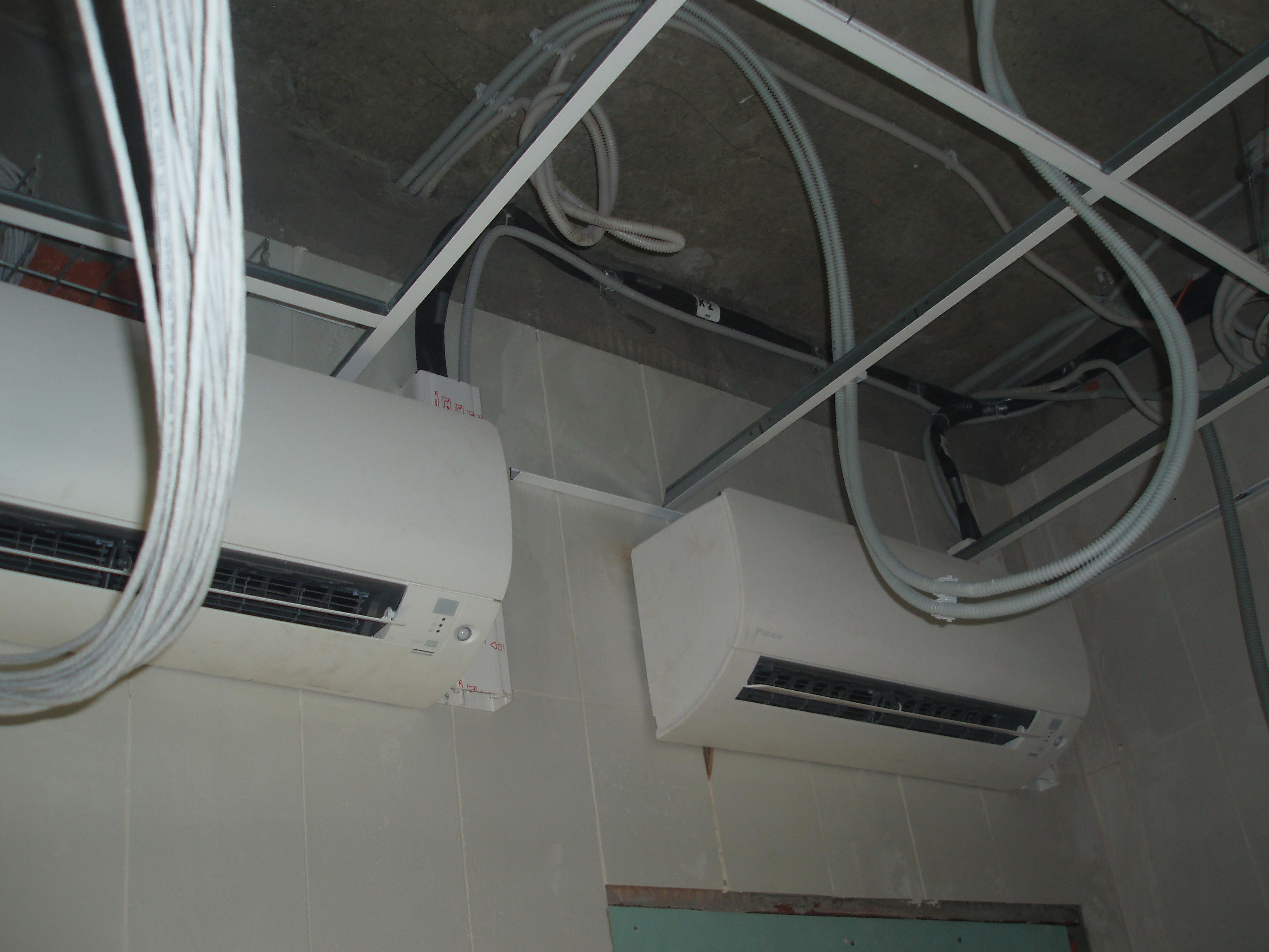 кондиционеры установлены на стене